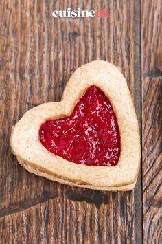 Ces petit gâteaux au cœur fondant à la confiture sont des biscuits parfaits pour la Saint-Valentin. #recette#cuisine#biscuit #gateau #confiture#patisserie #saintvalentin Brunch, Fondant, Strawberry, Desserts, Food, Sweet Cookies, Raspberries, Morning Breakfast, Seasonal Fruits
