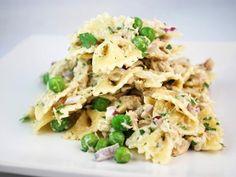 Receta de Ensalada de Pasta con Atún y Chícharos | Esta ensalada de atún no es la típica ya que esta llena de sabor. Lleva pasta, chícharos, apio, cebollita morada, y jitomates. El aderezo es delicioso y va preparado con una mezcla de mayonesa con yoghurt con un toque de vinagre balsámico. Es una gran ensalada para llevar a un picnic o de lunch para la oficina.