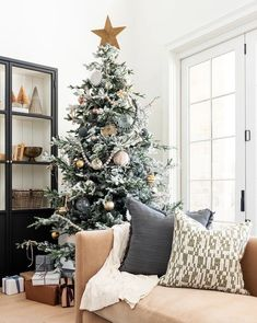 DIY: How to Make Your Own Silver Christmas Table Wreath - The Trending House Christmas Bedroom, Noel Christmas, Christmas Balls, Rustic Christmas, Christmas Wreaths, Christmas Decorations, Christmas Ornaments, Outdoor Christmas, Christmas Porch