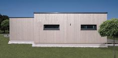 www.design-Die ME & ME Mikrohäuser gibt es mit 30   50   70   90 m2. Dabei wählst du aus drei verschiedenen Dachformen, verschiedenen Holzfassaden, Putzfassaden oder Fassadenplatten. Deiner Kreativität sind keine Grenzen gesetzt. Du lebst in einem nachhaltigem, ökologisch gebauten Holzhaus. Zahlen tust du für dein Haus im Grünen nicht mehr als für eine Wohnung! Das ist doch ein Versprechen, oder?  #Thiny House #Minihaus #Microhaus #Mikrohaus   #Designhaus #Haus statt Wohnung-.at Hotels, Garage Doors, Outdoor Decor, Design, Home Decor, Micro House, Roof Styles, Log Home, Numbers