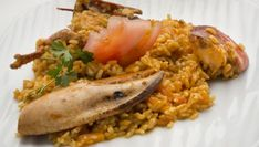 Karlos Arguiñano explica paso a paso cómo preparar la receta de arroz con bogavante, un plato perfecto para ocasiones especiales.