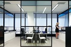 Norton Rose Brisbane Instead of having doors, have a full height gap in the partition. Beautiful and simple Corporate Office Design, Office Space Design, Corporate Interiors, Office Interiors, Workplace Design, Office Fit Out, Office Plan, Cool Office, Open Office