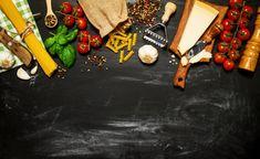 Raw pasta avec des tomates et du fromage sur une table noire Photo Premium