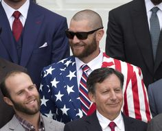 IlPost - Jonny Gomes dei Red Sox con una giacca con la bandiera americana e i giocatori Dustin Pedroia (a sinistra) e Chairman Tom Werner, Washington DC, 1 aprile 2014. (AP Photo/Carolyn Kaster) - Jonny Gomes dei Red Sox con una giacca con la bandiera americana e i giocatori Dustin Pedroia (a sinistra) e Chairman Tom Werner, Washington DC, 1 aprile 2014.  (AP Photo/Carolyn Kaster)