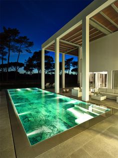 Uma piscina, além de espaço para relaxar e se refrescar, é um componente que aumenta o apelo visual de sua casa e melhora significativamente o design do se