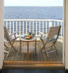 Beautiful small balcony overviewing the boundless ocean-Splendid mini home garden