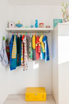 simple kids corner with clothes hanger - open closet Deco Kids, Kids Decor, Home Decor, Kids Corner, Kid Spaces, Girls Bedroom, Room Inspiration, Baby Room, Shelves
