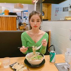 Look Your Best With This Fashion Advice Dinner Makeup, Pretty Korean Girls, Asian Restaurants, Ulzzang Korean Girl, Uzzlang Girl, Selfie Poses, Photography Challenge, People Eating, Beauty Advice