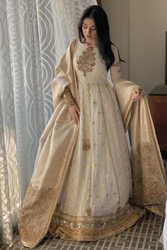 ✓ Buy the latest designer Anarkali suits at Punjabi Designers, with a variety of long Anarkali suits, party wear dresses! Pakistani Fashion Party Wear, Indian Fashion Dresses, Indian Gowns Dresses, Dress Indian Style, Indian Designer Outfits, Designer Dresses, Pakistani Designer Clothes, Party Wear Indian Dresses, Pakistani Clothing