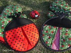 Ladybugs Potholders - Pic for inspiration. These would be so cute to sew. Small Sewing Projects, Sewing Hacks, Sewing Tutorials, Sewing Crafts, Potholder Patterns, Sewing Patterns Free, Quilt Patterns, Free Pattern, Crochet Patterns