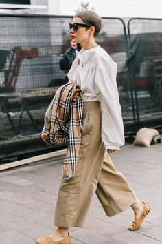 London Street Style I (Collage Vintage)- Are you still missing the perfect accessory for your office outfit? Here you will find inspiration on how to complete your look! On our website we offer a selection of over 4000 glasses models. Have a look! Street Style Vintage, Street Style Blog, Looks Street Style, Looks Style, Street Chic, Street Styles, Style Me, Hair Style, Street Style London