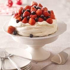 Pavlova met rood fruit - Jumbo  Hier sinds een jaar of twee een echte (feest)favoriet. Met Kerst met rood fruit, met de Pasen met advocaat en chocolade. Fijn recept en nog nooit mislukt.
