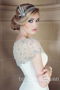 Love Great Gatsby inspired bridal look. Hair by Natalia Issa. Makeup by Wendy Zerrudo. Photo by Sarah Kate, Photographer.Great Gatsby inspired bridal look. Hair by Natalia Issa. Makeup by Wendy Zerrudo. Photo by Sarah Kate, Photographer. Art Deco Hair, Art Deco Makeup, Hair Art, Makeup Art, Make Up Braut, Bridal Bolero, Bridal Cape, Braut Make-up, Vintage Hairstyles