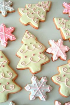 Pretty Christmas Cookies by Glorious Treats - Galletas Navidad Cute Christmas Cookies, Christmas Sweets, Christmas Cooking, Christmas Goodies, Holiday Cookies, Holiday Treats, Snowflake Cookies, Pink Christmas, Christmas Biscuits