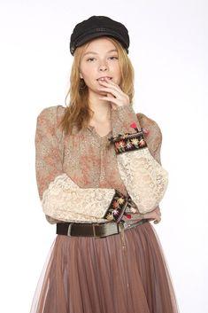 Blusa gasa estampado floral y mangas con blonda.