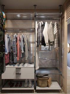 Система хранения одежды в гардеробе. Задняя решетчатая стенка пропускает много света.