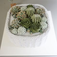 Another succulent cake. Flores Buttercream, Korean Buttercream Flower, Buttercream Flower Cake, Pretty Cakes, Beautiful Cakes, Succulent Cupcakes, Frosting Flowers, Decoration Patisserie, Cactus Cake