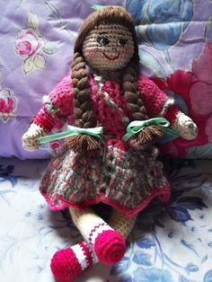 Boneca confeccionada inteiramente de Crochê com enchimento acrílico.    Faça sua opção de Cor do Cabelo e Cor das Roupinhas.    Tamanho aproximado: 30 cm altura