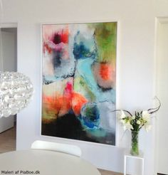 stort maleri med mange farver der hænger i spisestue - alrum malet af Pia Boe