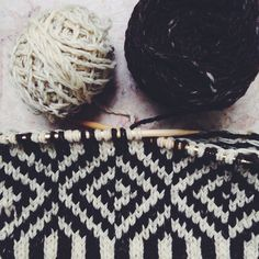 i love the pattern and the black & white. also, i've been teaching [trying] myself to knit! //souffle | Rosa Pomar