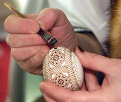 An interesting stylus used to apply wax. This type of stylus is exclusive to Romanians, althought is possible that there may be some occurrences of it in Ukraine, in Bukovina, amongst the Romanians there. Ukrainian Easter Eggs, Ukrainian Art, Easter Egg Crafts, Easter Projects, Polish Easter, Carved Eggs, Egg Tree, Easter Egg Designs, Egg Decorating
