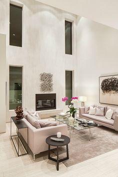 Een hoog plafond maakt een huis gelijk ruimtelijk. Met raampartijen van vloer tot plafond maken hoge plafonds van een ruimte een indrukwekkend geheel.