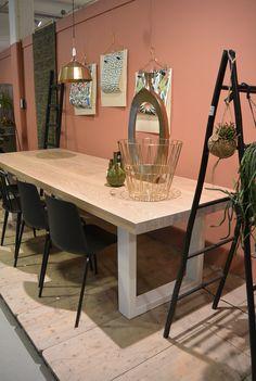 Prachtige eiken tafel met stalen poten voorzien van witte poedercoating.