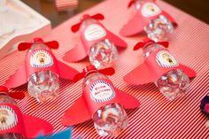 Olha que amor esta esta Festa Aviões!!Venha se apaixonar por esta fofura de decoração.Imagens do site Umbrella Amarela.Lindas ideias e muita inspiração.Uma semana maravilhosa para todo mundo.B...