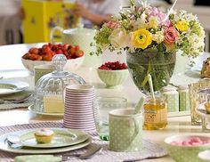 Flores e cores, sempre trazem uma alegria e um charme a mais para a composição de uma mesa.