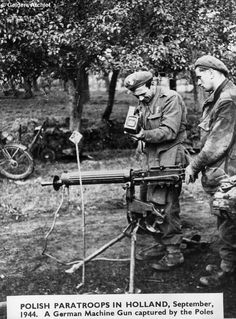 Polish paratroops in Holland, september a german machine gun captured by the Poles - pin by Poop stain Poland History, Ww2 History, Military History, Poland Ww2, Operation Market Garden, Machine Guns, War Image, War Photography, Paratrooper