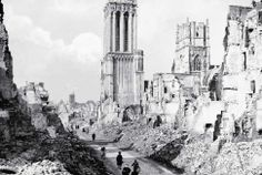 Caen sous les bombes alliées - Le 6 juin, la ville de Caen, tout comme de nombreuses communes normandes situées sur une ceinture stratégique, est sous le feu de bombardements répétés. Les cibles ne sont pas atteintes et les avions s'y reprennent à plusieurs fois. À sa libération le 9 juillet, la capitale régionale est détruite à 73 %.