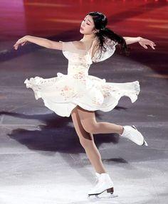 Yuna Kim figure skating 2018 Figure Skating Outfits, Figure Skating Costumes, Figure Skating Dresses, La Bayadere, Kim Yuna, Pose Reference Photo, Ice Skaters, Ice Dance, Poses