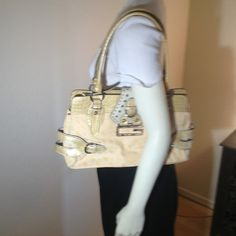 """Guess Purse Beautiful Lemon Guess Handbag. Size: med-lge. 14"""" L x 9"""" H x 4"""" W. Zippered & magnetic closure reveals a roomy interior w/2 lge spaces, a full-length zippered pocket, another zippered pocket & 2 cell phone pockets. Exc cond. 🚫No trades🚫 Guess Bags Shoulder Bags"""