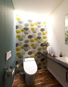 個性的な壁が印象的なトイレ More