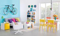 Tok&Stok Caleidocolor Ouse no contraste de cores vibrantes para criar uma sala de estar e jantar bem divertida.