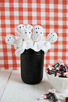 Ghost Lollipop Bouquet: Drape white cotton over lollipop candies, tie with twine, and paint on black eyes for this ghostly edible centerpiece. Click through to find more cheap and easy ideas for DIY Halloween decorations. Buffet Halloween, Bolo Halloween, Halloween Decorations For Kids, Halloween Crafts For Kids, Spooky Halloween, Halloween Gifts, Holidays Halloween, Happy Halloween, Holiday Crafts