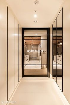 핀란드식 사우나가 있어 특별한 테라스하우스 - Daum 부동산 인테리어 Entrance Foyer, Entrance Design, House Entrance, Door Design, House Design, Front Door Lighting, Minimal Living, Clinic Design, Interior Decorating