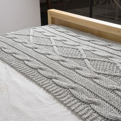 Pie de cama Minsk, gris claro Bed Spreads, Hand Knitting, Knitting Patterns, Quilt Blocks, Knitted Afghans, Knitted Blankets, Pins And Needles, Bed Runner, Afghan Blanket