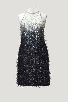 Yves Saint Laurent Haute Couture, automne-hiver 1967-1968. Robe du soir entièrement brodée de plumes de rhodoïd sur fond de paillettes par la Maison Lesage