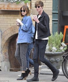 Her coffee mate: No doubt the chivalrous gentleman insisted on buying their drinks Dakota Johnson Hair, How To Be Single, Melanie Griffith, Don Johnson, Beatnik, Minimal Fashion, Star Fashion, Isabel Marant, Couple Goals