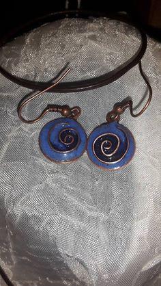 Boucles d'oreilles spirales bleues émail sur cuivr de Home Sweet Aum sur DaWanda.com