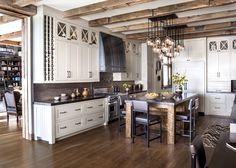 Кухонный остров с мраморной столешницей и деревянные балки - украшение кухни