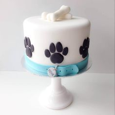 White dog cake with bones and paws. # Dogs cake 12 Cute Dog Cakes and Dog Shaped Birthday Cake Fondant Dog, Fondant Cakes, 3d Cakes, Fondant Figures, Paw Print Cakes, Puppy Birthday Cakes, Dog Bday Cake, Puppy Birthday Parties, Pug Cake