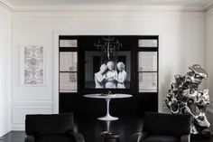 A Pacific Heights apartment overlooking the Bay created to be a glamorous stage for entertaining with metropolitan design by Nicole Hollis. Black And White Interior, White Interior Design, Top Interior Designers, Luxury Interior, Modern Interior, Dark Elements, Pacific Heights, Design Salon, Luxury Dining Room