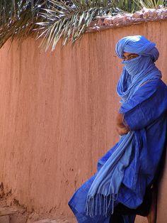 jordskorpe: um Touareg em Ait Ben Haddou, Marrocos.