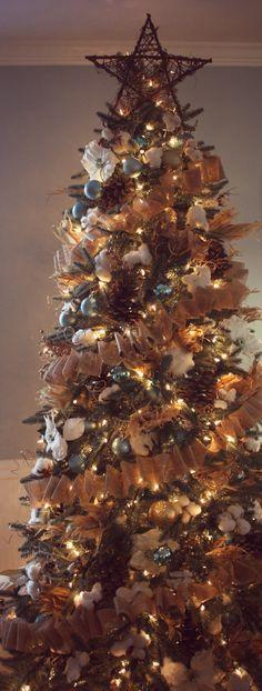 christmas tree ideas decorating New Rustic Christmas Tree Decorations Burlap Pine Cones Ideas Diy Christmas Tree Garland, Country Christmas Trees, Woodland Christmas, Noel Christmas, Primitive Christmas, Christmas Tree Toppers, Rustic Christmas, Xmas Tree, Elegant Christmas