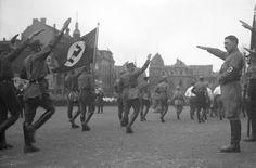 """""""Saudação Nazista"""".  Braunschweig, Hitler bei Marsch der S.A.(Sturmabteilung)."""
