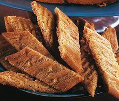 Det här receptet på knäckiga kryddkakor är spröda, härliga och otroligt goda småkakor. Receptet liknar vanliga kolasnittar men innehåller ingefära och kardemumma som ger kakorna en härlig julsmak. Perfekt till glöggfikat! Sandwich Cake, Fika, Piece Of Cakes, Food Cakes, Something Sweet, Kitchen Recipes, Cinnamon Rolls, Biscotti, Cake Pops