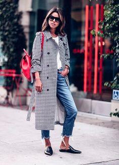Calça jeans Blusa branca Mule Casaco xadrez Mochila vermelha