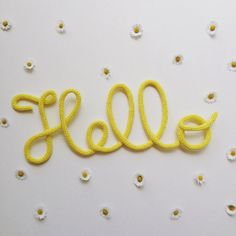 Mot en laine décoratif en tricotin Hello en jaune par MumZL